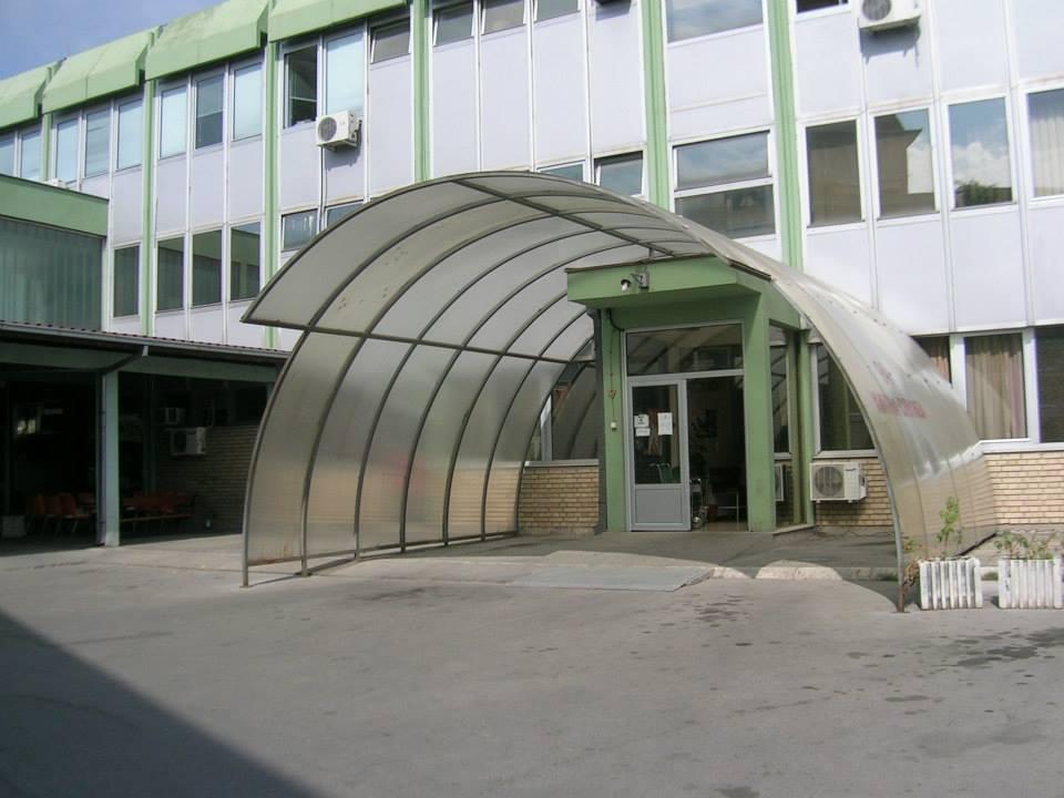 Nadstrešnica ispred ulaza u hitnu službu doma zdravlja Mladenovac.