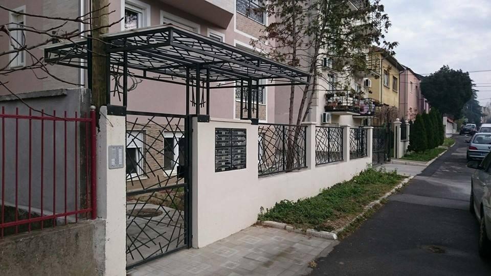 Nadstrešnica uznad ulaza zgrade i kapije